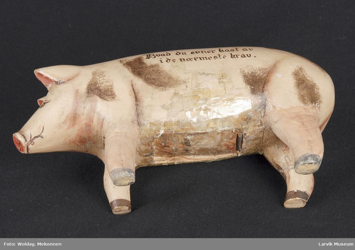 Form: gris på fire ben, sprekk i rygg, uthulet for plass til penger.