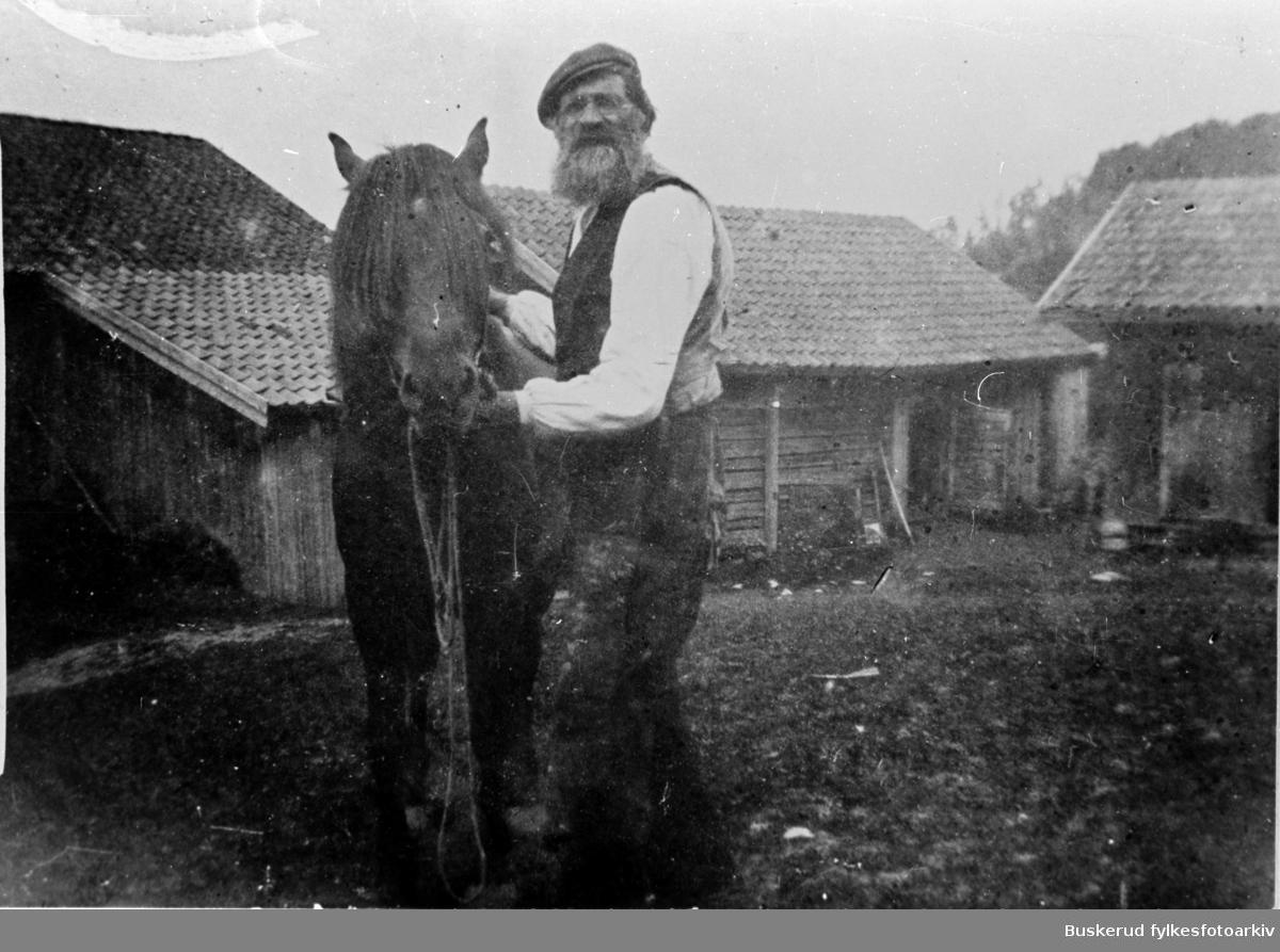 Stubdal gård. Kristian J. Stubdal og hesten Sølvi.
