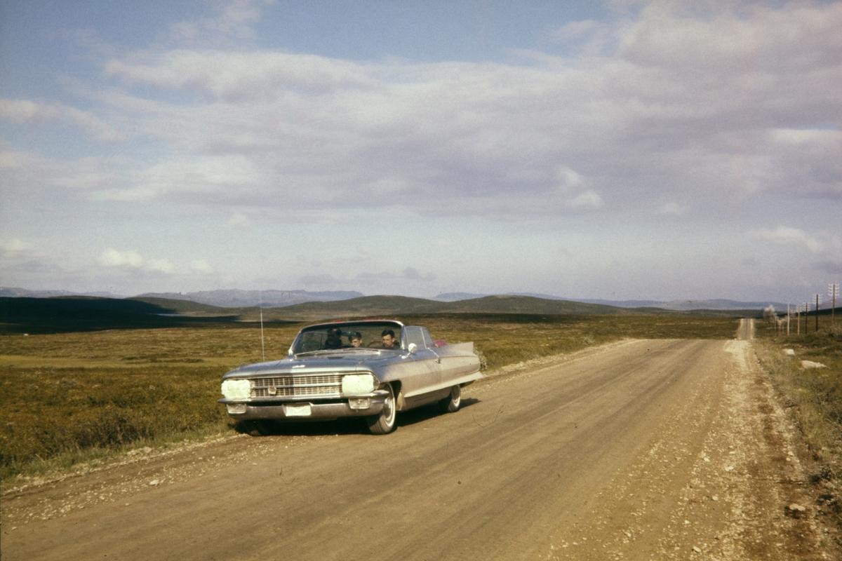 Amerikansk bil ved vei i Finnmark.