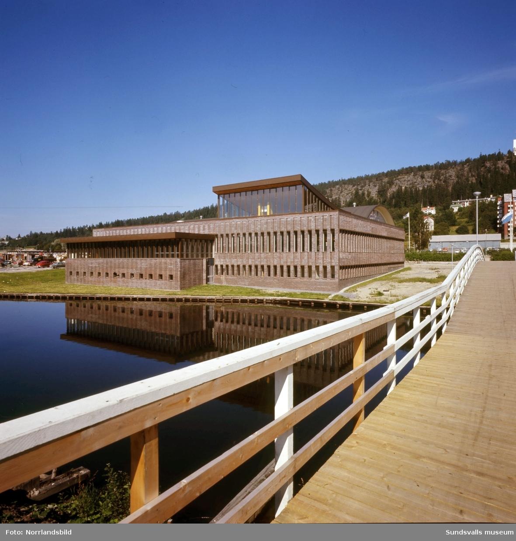 Exteriörbild av Sporthallsbadet tagen från bron över Selångersån.