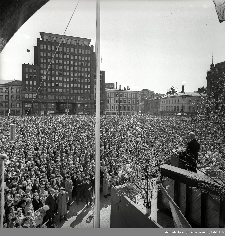 1. mai 1962, Einar Gerhardsen taler på Youngstorget.