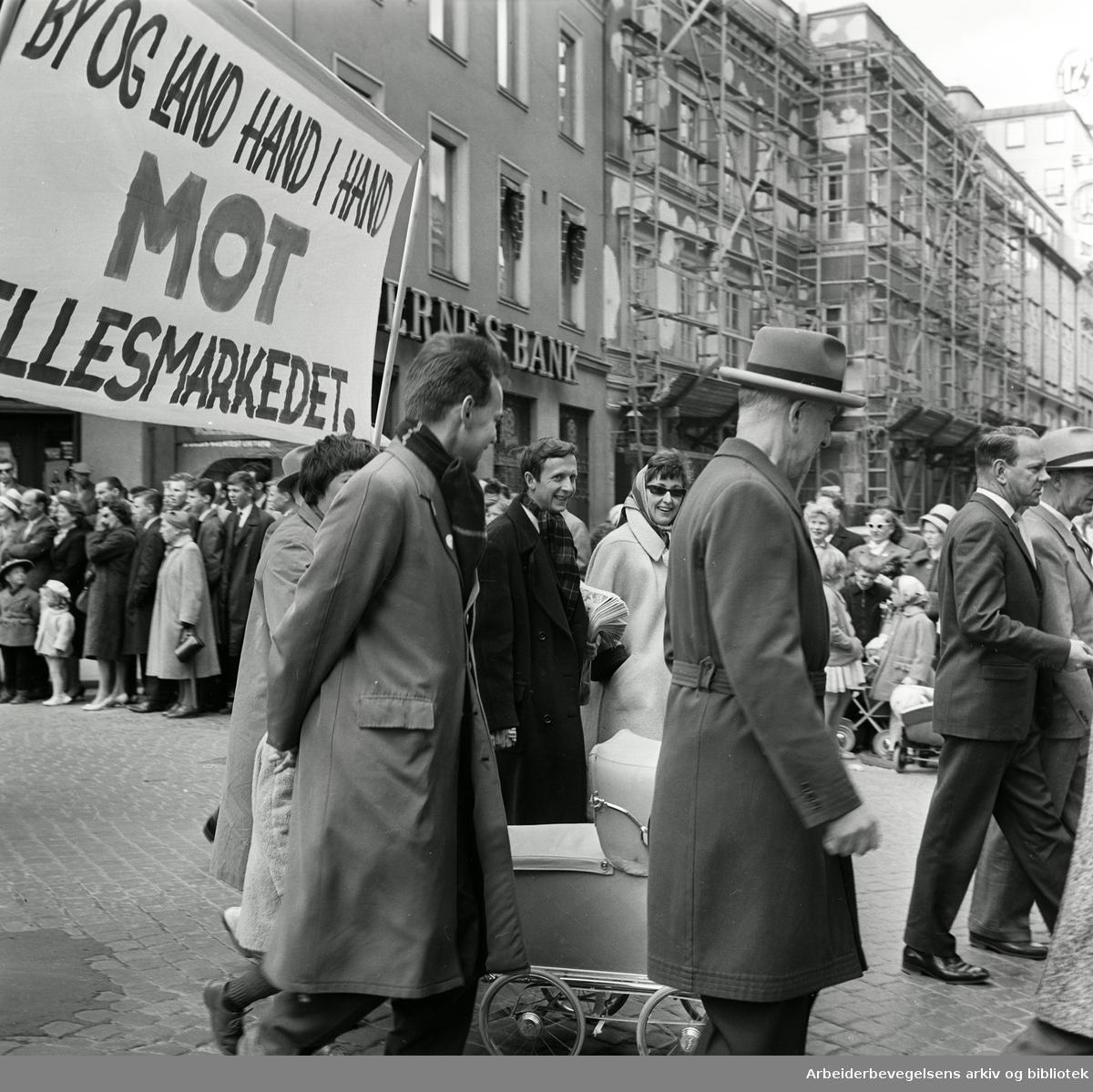 """1. mai 1962 i Oslo.Demonstrasjonstog arrangert av """"Faglig aksjon mot Fellesmarkedet"""" med støtte fra Sosialistisk Folkeparti (SF) og Norges kommunistiske parti (NKP)..Parole: By og land hand i hand mot fellesmarkedet."""