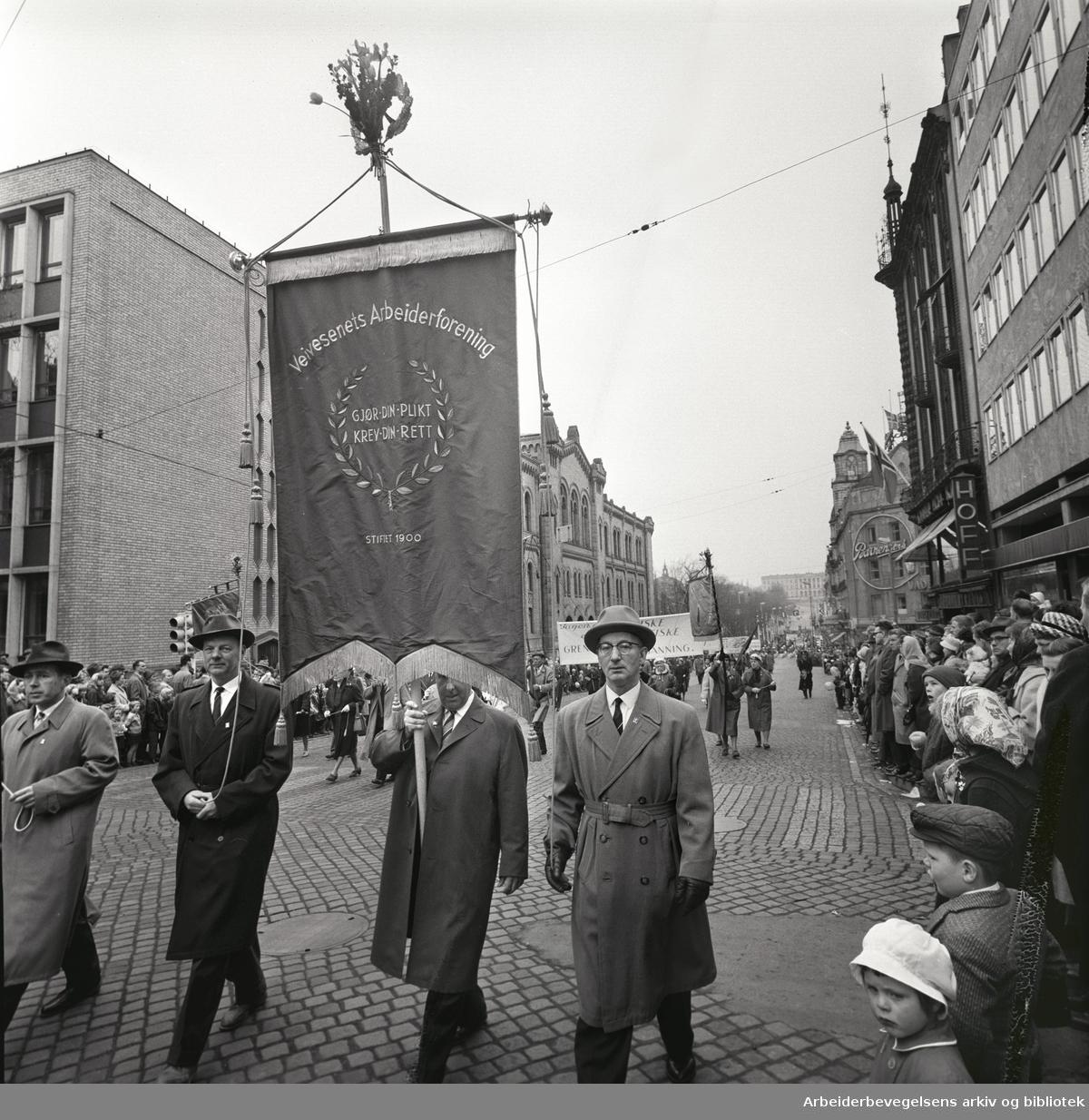 1. mai 1963 i Oslo.Demonstrasjonstoget i Karl Johans gate..Fane: Veivesenets Arbeiderforening