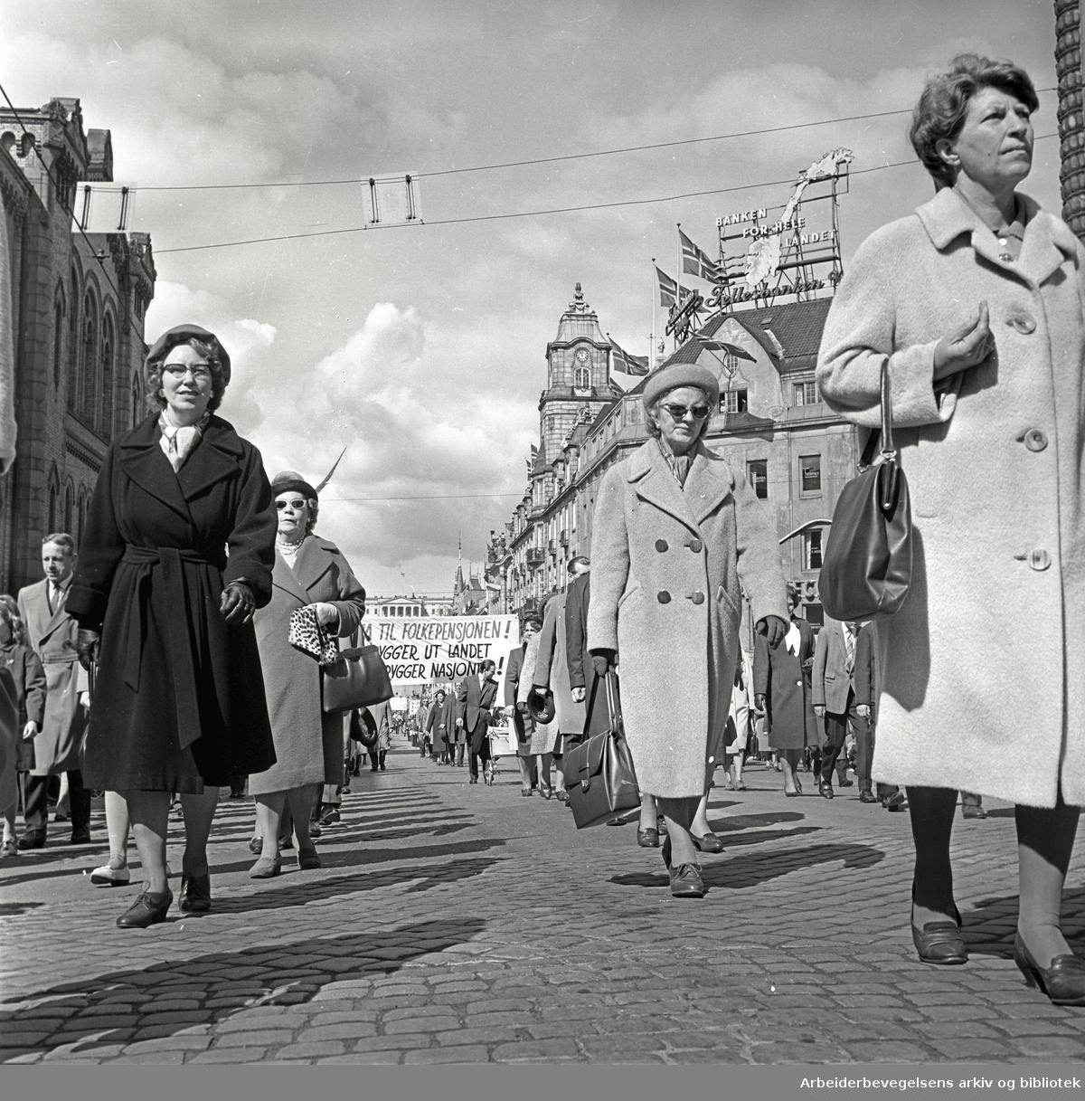 1. mai 1964 i Oslo.Demonstrasjonstoget i Karl Johans gate.Transparent: Ja til folkepensjonen!.Vi bygger ut landet og trygger nasjonen