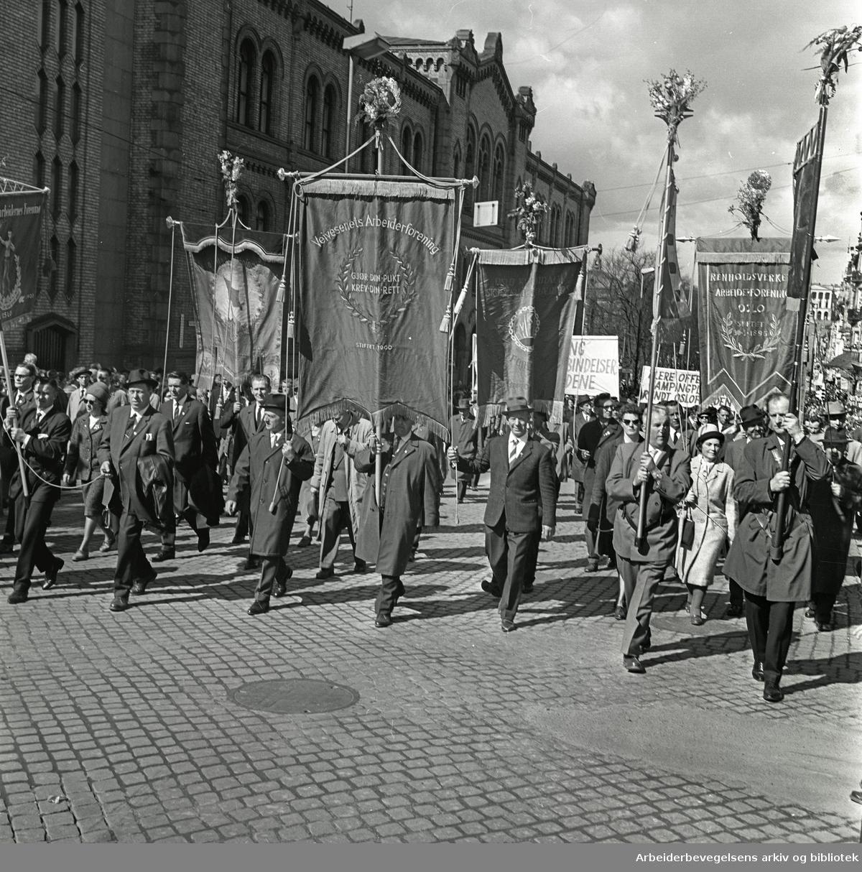1. mai 1964 i Oslo.Demonstrasjonstoget i Karl Johans gate.Fane: Veivesenets Arbeider Forening.Fane: Renholdsverkets Arbeiderforening.Fane: Oslo Kommunale Skolefunksjonærers Forening