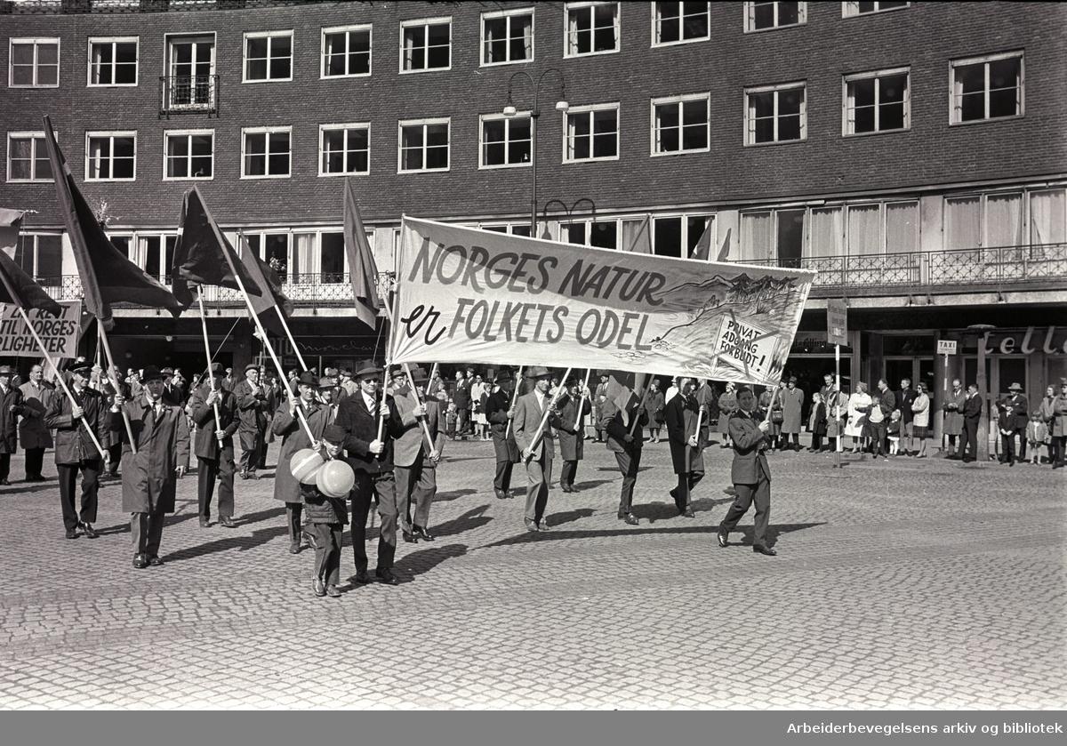 1. mai 1964 i Oslo.Demonstrasjonstoget ved Rådhusplassen.Parole: Norges natur er folkets odel