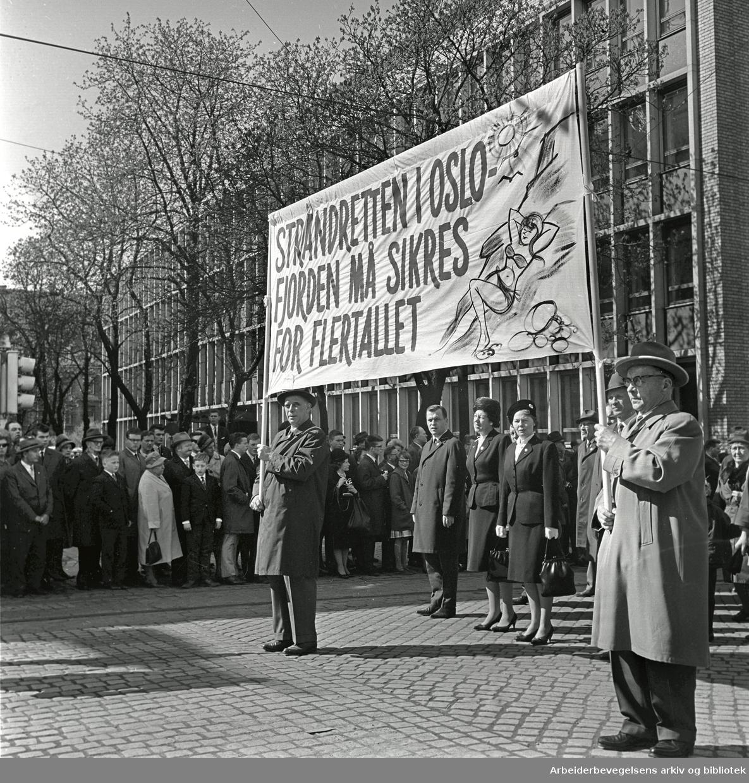 1. mai 1964 i Oslo.Demonstrasjonstoget i Karl Johans gate.Parole: Strandretten i Oslofjorden må sikres for flertallet.