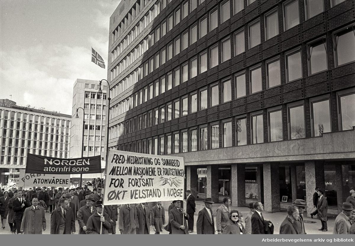 1. mai 1964 i Oslo.Demonstrasjonstoget ved Rådhusplassen.Parole: Fred- nedrustning og samarbeid mellom nasjonene er forutsetningen for fortsatt økt velstand i Norge.Parole: Norden atomfri sone.