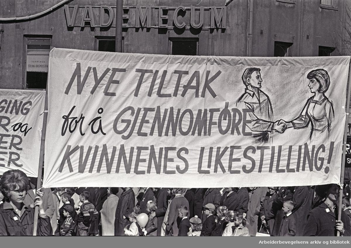 1. mai 1965 i Oslo.Demonstrasjonstoget i Karl Johans gate.Parole: Nye tiltak for å gjennomføre kvinnenes likestilling!.