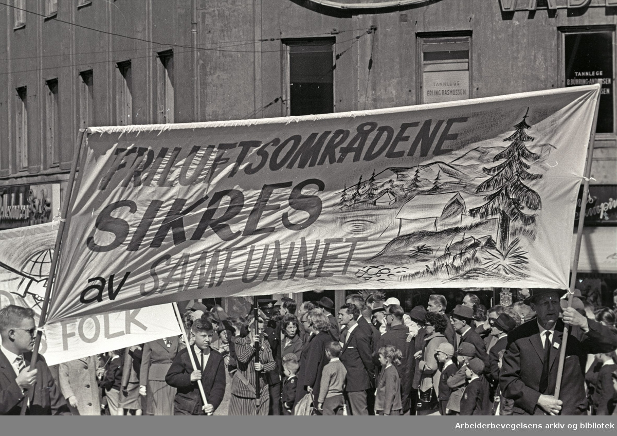 1. mai 1965 i Oslo.Demonstrasjonstoget i Karl Johans gate.Prole: Friluftsområdene sikres av samfunnet.