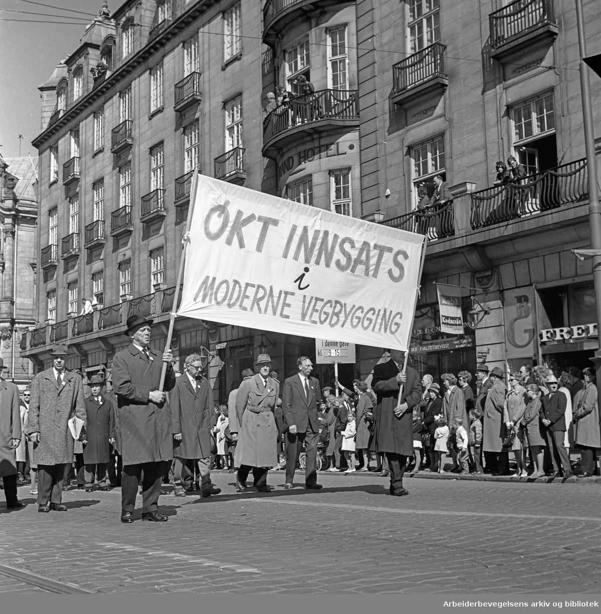 1. mai 1965 i Oslo.Demonstrasjonstoget i Karl Johans gate.Parole: Økt innsats i moderne vegbygging.