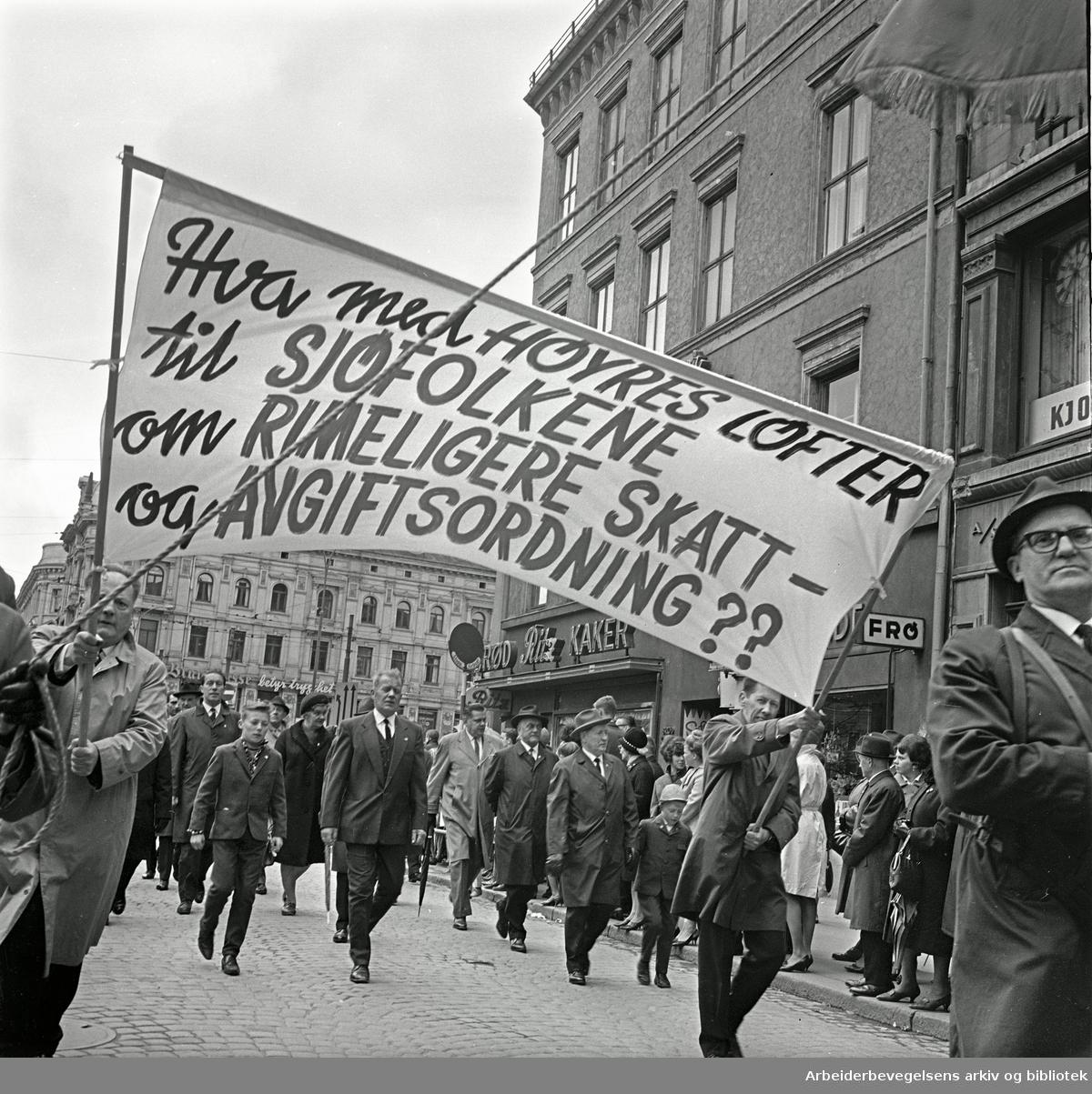 1. mai 1967 i Oslo.Demonstrasjonstoget.Parole: Hva med Høyres løfter til sjøfolkene om rimeligere skatt- og avgiftsordning??
