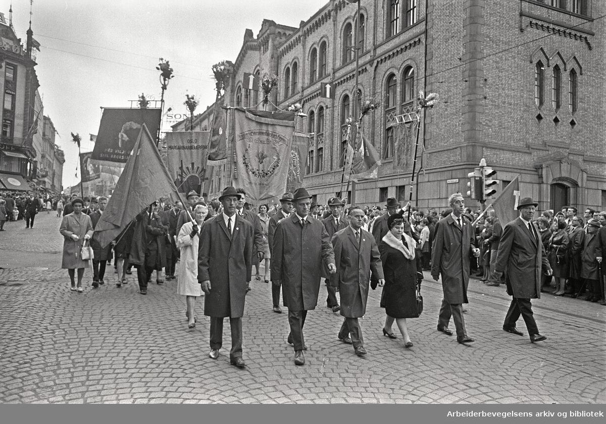 1. mai 1968 i Oslo.Demonstrasjonstoget i Karl Johans gate.Fane: Bryggeri og Mineralvandfabrikkarb. Forening.Fane: Oslo Margarinarbeider Forening...