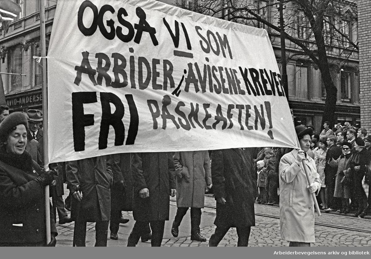 1. mai 1969 i Oslo.Demonstrasjonstoget i Karl Johans gate.Parole: Også vi som arbeider i avisene krever fri påskeaften!