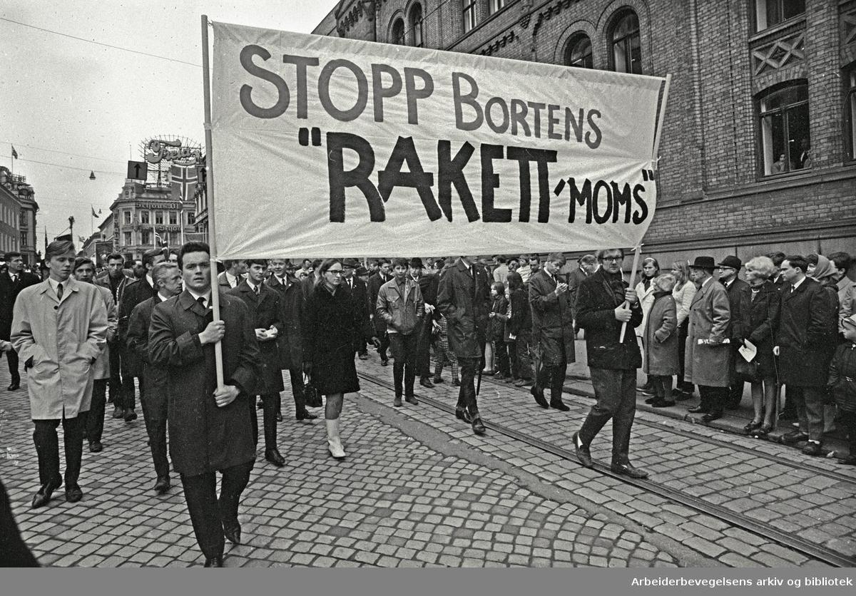 """1. mai 1969 i Oslo.Demonstrasjonstoget i Karl Johans gate.Parole: Stopp Bortens """"rakett"""" moms."""