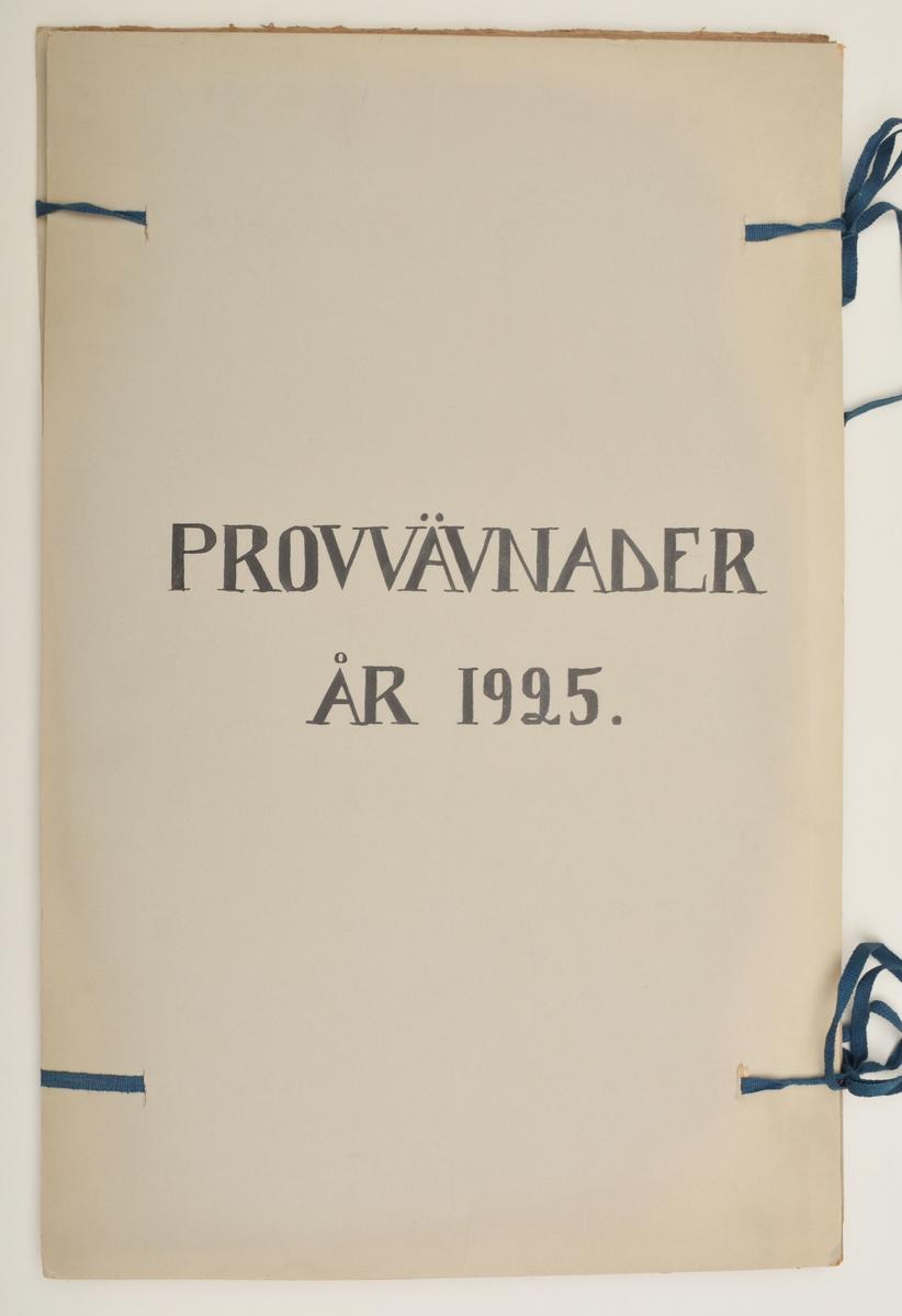 """Stor pappersmapp med lösa blad med påklistrade tygprover. Pärmarna är av en annan papperskvalité än papperna innuti. Pärmarna hålls ihop med ett par långa, handvävda band. Text på framsidan; """"Väfprofer År 1925""""."""