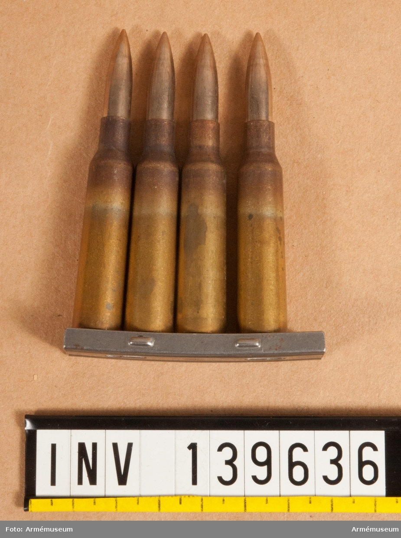 4 st skarpa 6,5 mm patroner m/1894 med projektil m/1941, i laddram.