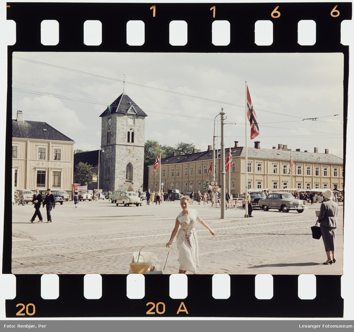 Gatescene fra torvet i Trondheim med Vår Frue kirke, Svaneapoteket og Hornemannsgården.
