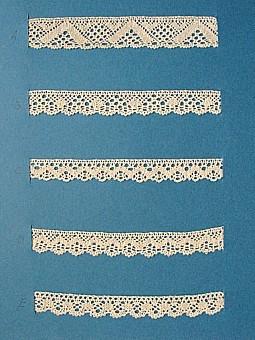 Blått kartongark med fem stycken prover på skånsk knyppling från Villands härad. Vid varje prov står en stor bokstav. A. 13 x 2,3 cm, knypplad med 20 par pinnar B. 13 x 1,6 cm, knypplad med 13 par pinnar C. 13 x 1,5 cm, knypplad med 11 par pinnar D. 13 x 1,5 cm, knypplad med 13 par pinnar E. 13 x 1,6 cm, knypplad med 11 par pinnar