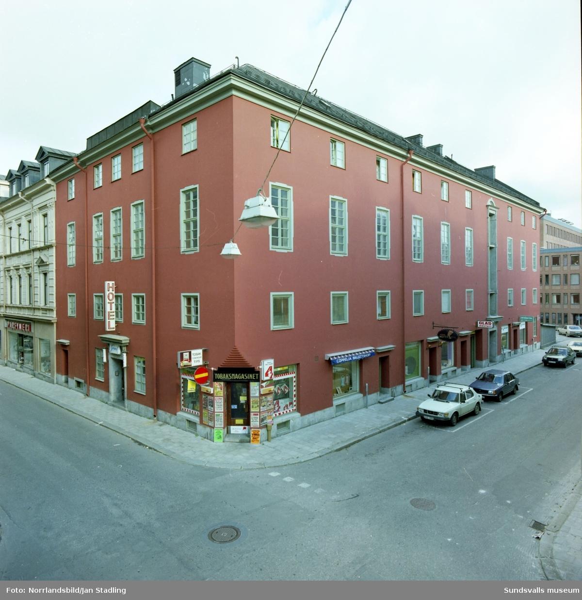 Exteriörbild av före detta Folkets hus-byggnaden vid Rådhusgatan-Nybrogatan. Hotel Grand, Tobaksmagasinet, Coppelia balettshop, Nefertiti, glasmästeri.