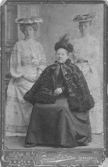 """Text till bilden: """"Döttrarna Thora till vänster, Hedvig (Hedda) till höger samt deras mor Johanna Beata Sofia i mitten""""."""