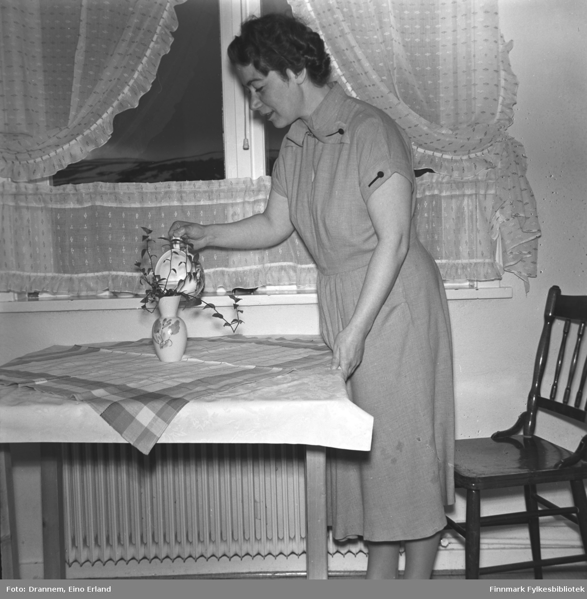 Jenny Drannem vanner avlegger av en stueplante. Bildet er tatt i leiligheten der familien bodde i Tollboden i Hammerfest