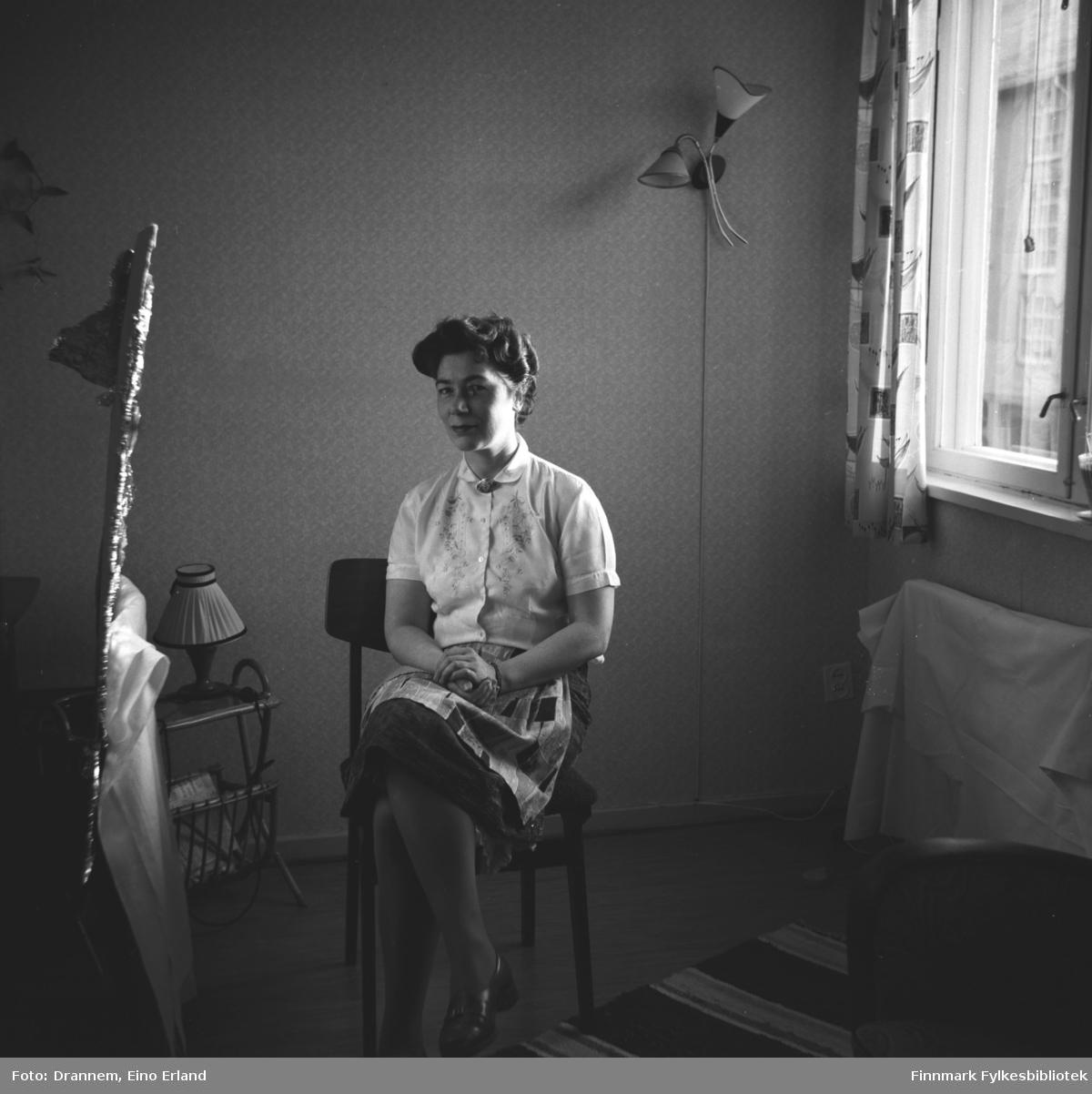 Portrett av Jenny Drannem. 'Hjemmelaget' refleksskjerm er laget av aluminiumspapir. Liknende motiver fra 06009-254 til 06009-265
