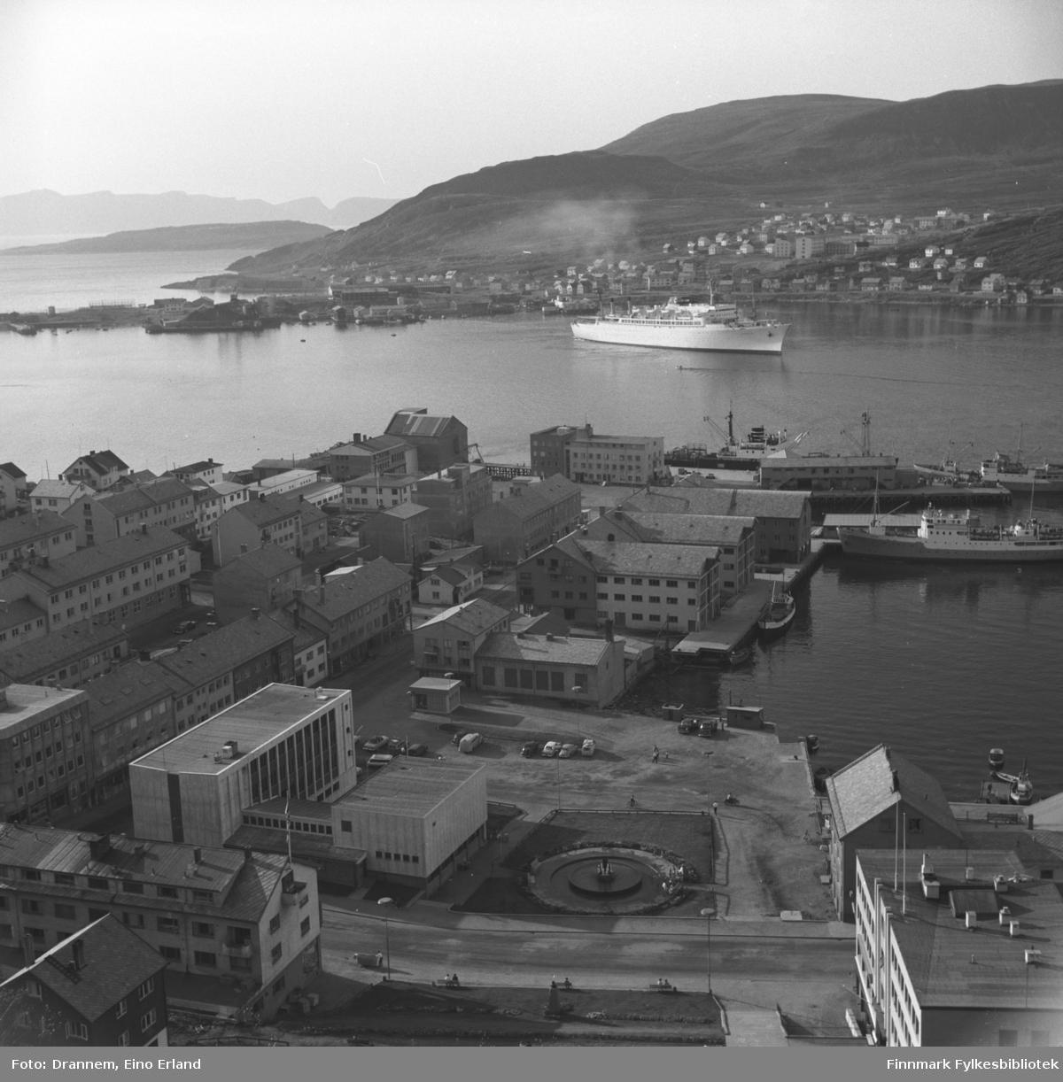 Oversiktbilde fra en del av Hammerfest, ved kaien er en av Bergenskes godsbåter i rute Oslo-Kirkenes