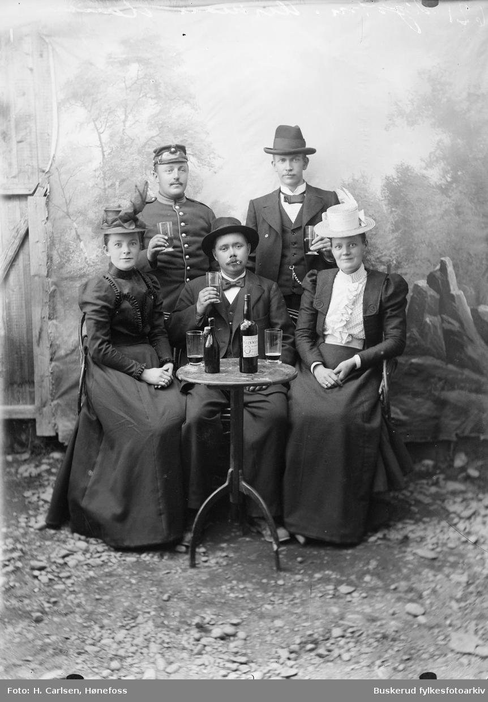 Gruppe med tremenn og to kvinner, alle ukjente Glen Whisky