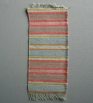 """Vävprov, möbeltyg i bomull, lin och ull vävt i korskypert med inslagseffekt. Randigt i inslagsriktningen i rosa och blågrått med smala grå, vitgrå och gulgröna ränder. Varp i grått bomullsgarn nr 16/2. Inslag i lingarn nr 16/1 och ullgarn; redgarn nr 20/2. Tre trådar tillsammans per inslag; två trådar lingarn och en tråd ullgarn. Det finns en stolsits klätt med tyget i arkivet - foto i datamapp """"Tillbehör""""."""