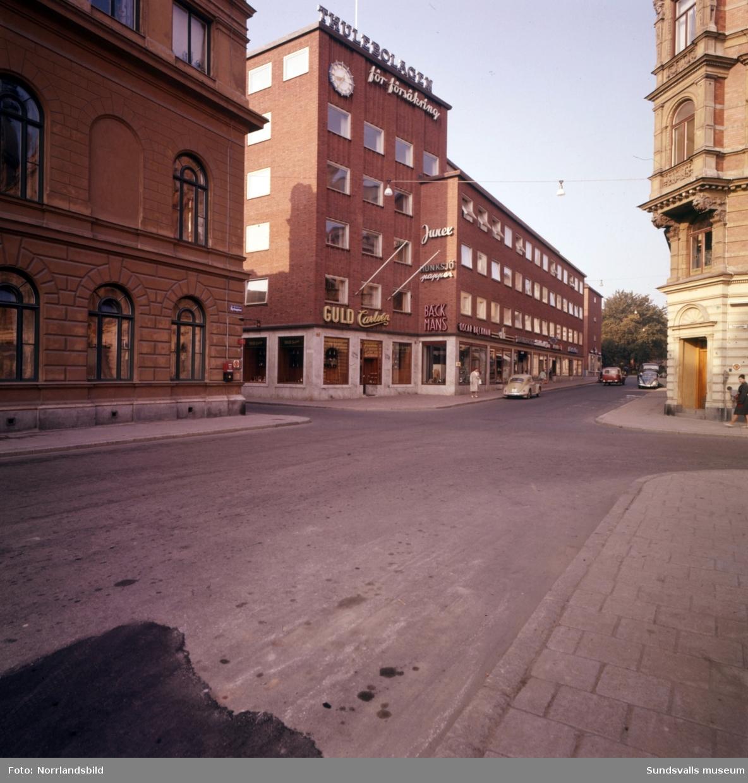 Thulehuset vid Kyrkogatan. Exteriörbilder. Guld Carlsén, Junex, Munksjö papper, Backmans, Ali, Bäcklunds järn, Radio TV-affär, Electrolux.