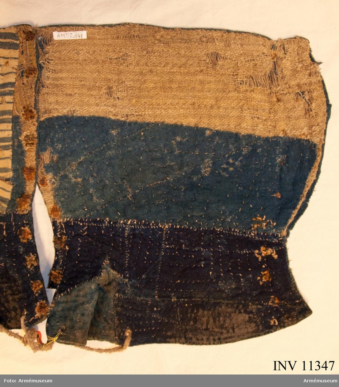Grupp C 1.  Damasker. 1800-talets förra hälft. Blått ylle, fodrade med lappar av linnetyg, juteväv och ylle.