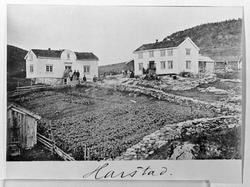 Kaarbøgården. To bolighus med steingjerde og potetland i for