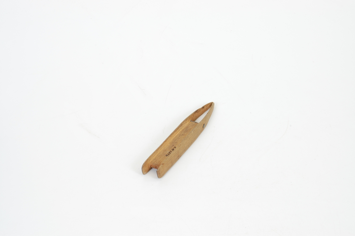Funksjon/type: Mulig sekundært bruk: Trykke vattdotter inn i haglpatroner. (Gjenstanden lå ved reg. i EB 01373, patrontaske.) Form: Foran tilskjært del for å vinne tråden på er felt inn en blytein, for å holde spissene adskilt. Spissene på nåla er konkave, smalner av til avst. mellom blir ca. 1 mm.