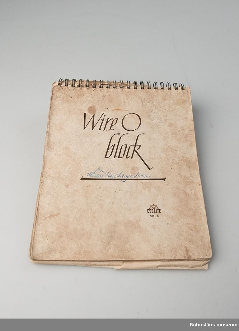 Spiralblock, på omslaget med handskriven notering Läskedrycker. På baskidan stämpel: HALLMANS BOKHANDEL UDDEVALLA. I blocket, som är utan årtal, handskrivna anteckningar om de olika sorter som bryggeriet producerade med receptblandningar och namn på essenser, mängdblandningar med sockerlag, extrakt, färglösning, sackarinlösning och citronsyrelösning, antal flaskor som blandningen ger och i vissa fall med själva etiketten inklistrad. Mängden motsvarar produktion av 50 liter, 1000 flaskor. Namn på dryckerna är bl.a.: Sockerdricka, Pommac, Solo, Tonic Water, Guldus, Grape Fruit Tonic, Coxi, Jul-Must, VegaMust, Cubano etc.
