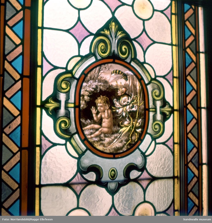 Vackra dekormålade fönster från trapphus i Sundsvalls stenstad, bland annat Storgatan 12.