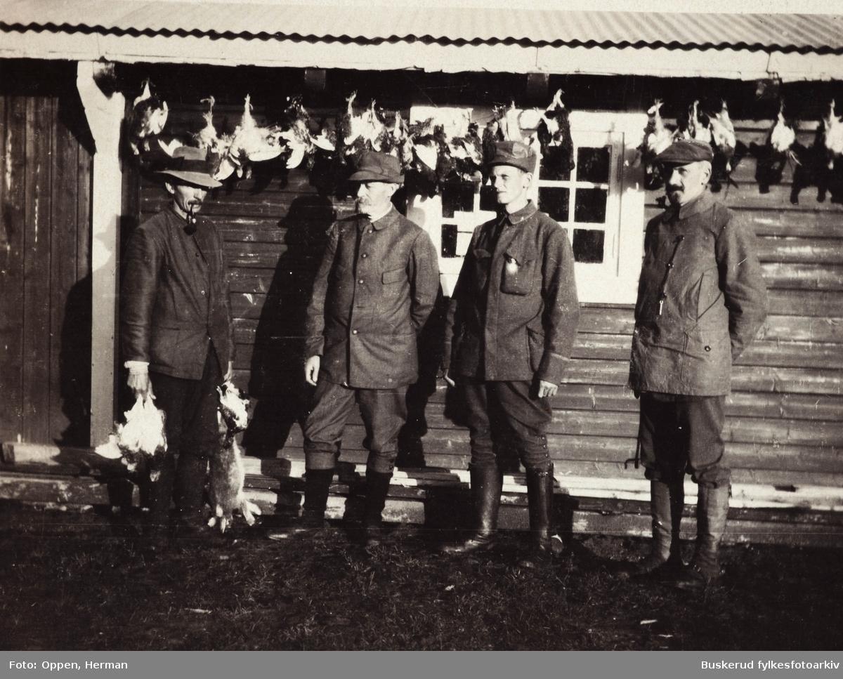 Blommestølen 1918 Olaf Kauserud f. 1882 Andreas Aslaksrud, Sør -Aurdal f.1893 Ragnar Slagsvold  Helge Kihle f. 1875 Resultatet er en vellykket rypejakt