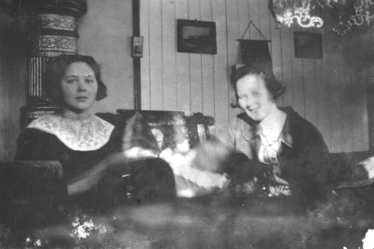 To damer og en baby fotografert i en stue. Damene er Frøydis og Signe, etternavn ukjent. Bildet er sansynligvis tatt i en bolig i Kvalsund kommune før evakueringa.