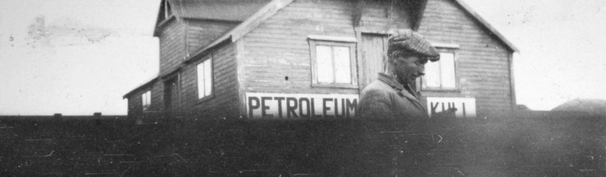 En ukjent mann står foran et forretningsbygg, sansynligvis i Kvalsund kommune.