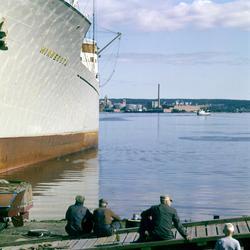 Bilder från hamnen i Sundsvall med fartyg inne för lastning