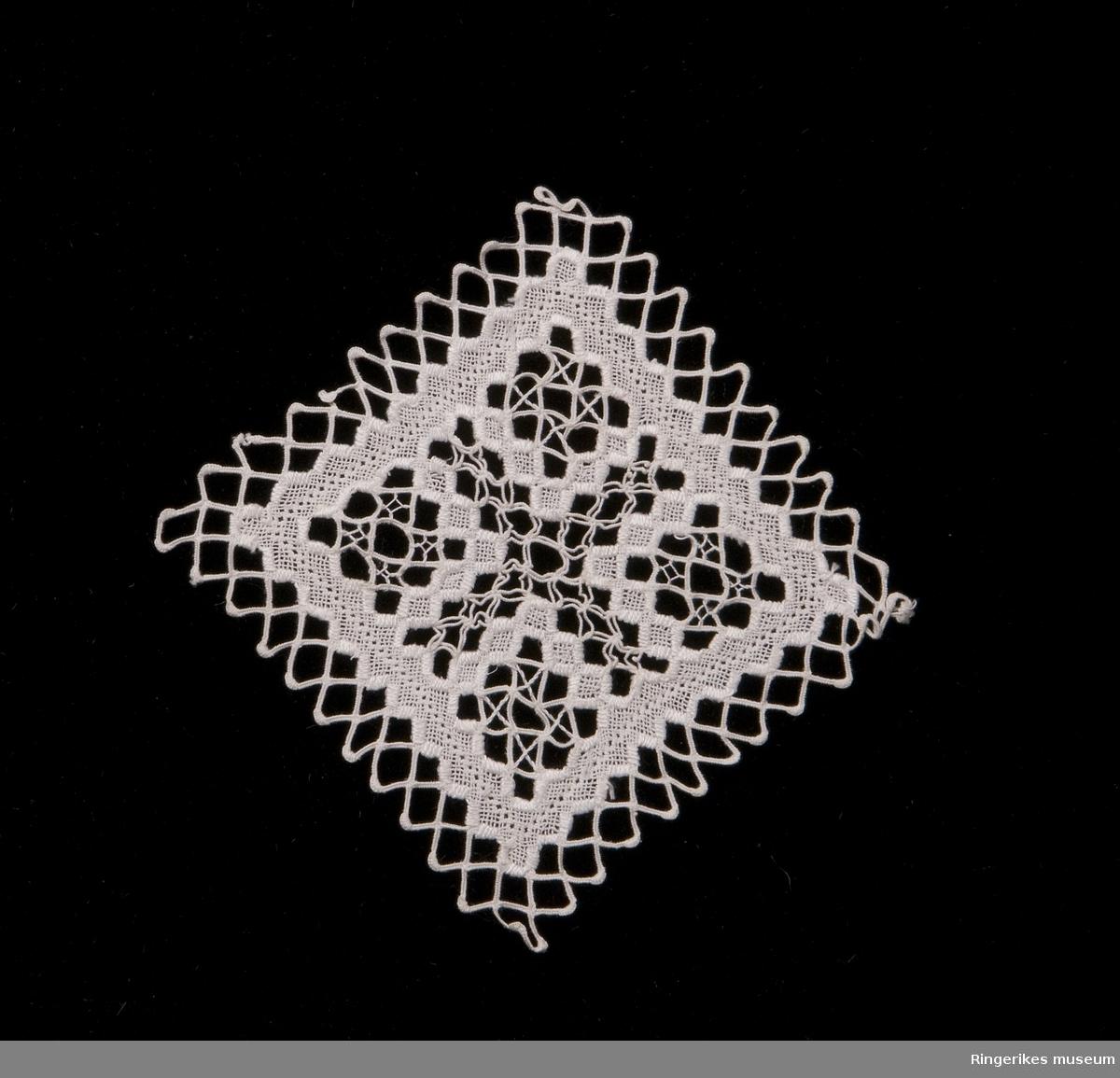 Gjennombrutt mønster, fire små kvadrater er føyd sammen