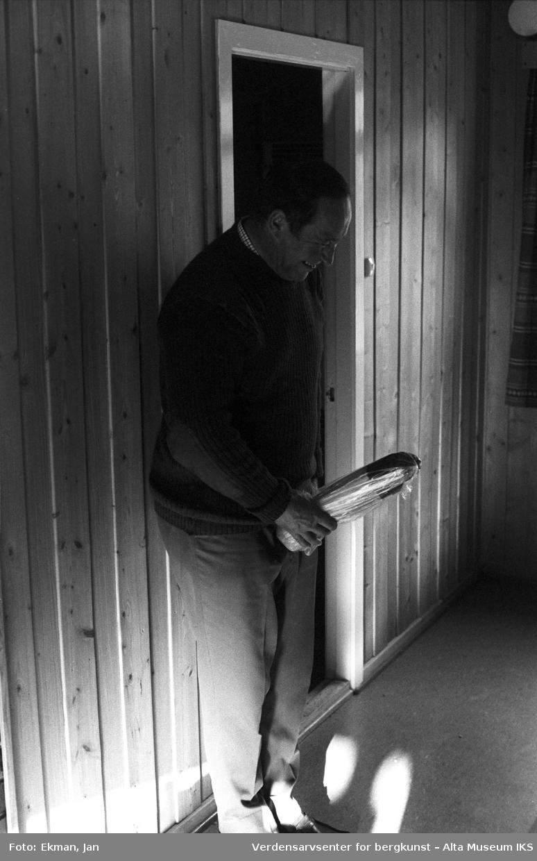 Hytteinteriør med personer. Fotografert 1979, Fotoserie: Laksefiske i Altaelva i perioden 1970-1988 (av Jan Ekman).