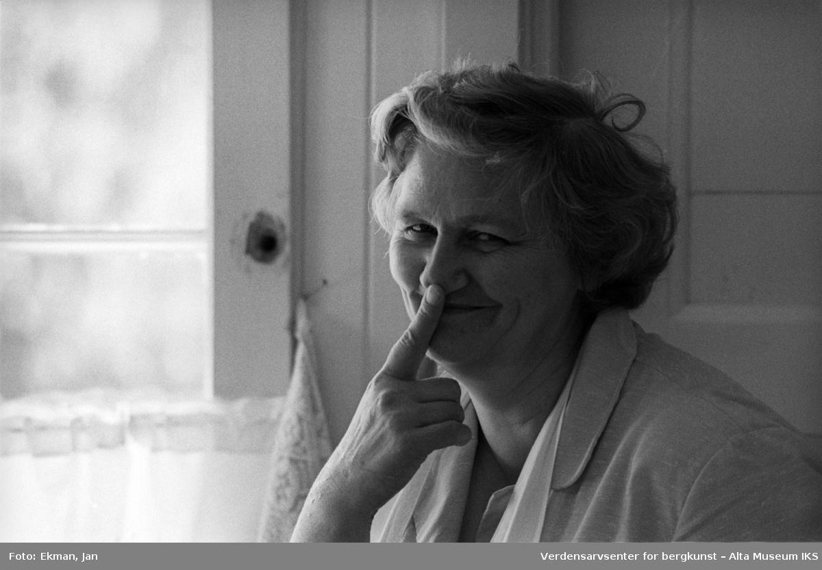 Hytteinteriør med personer. Fotografert 1975. Fotoserie: Laksefiske i Altaelva i perioden 1970-1988 (av Jan Ekman).