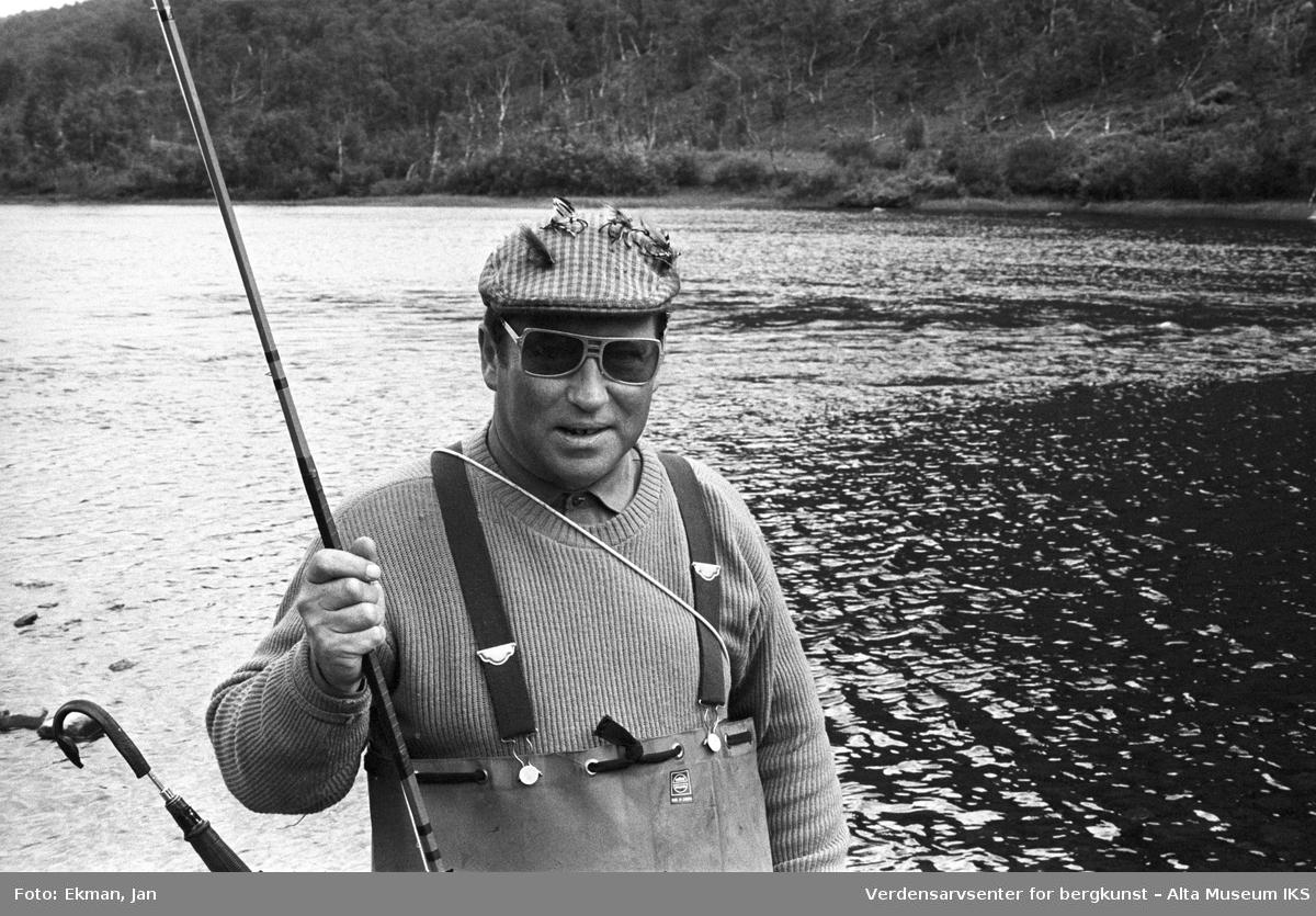 Landskap med personer. Fotografert mellom 1970 og 1988. Fotoserie: Laksefiske i Altaelva i perioden 1970-1988 (av Jan Ekman).