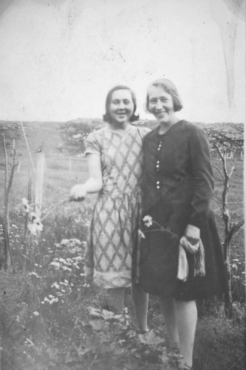 To ukjente kvinner fotografert i terrenget en sommerdag, sansynligvis i Kvalsund kommune før evakueringa.