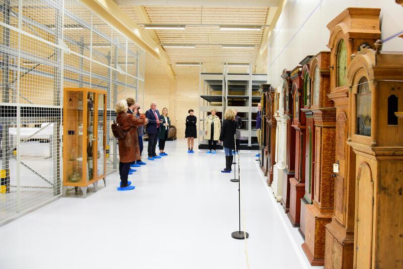 Mjøsmuseet skal samle Totenklokker. Gjenstandsansvarlig Rina Nysethbakken viste fram hyller og ting. (Foto/Photo)