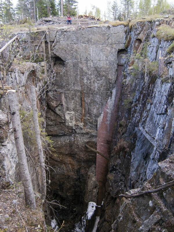 En høy teglsteinsmur ble bygd under gjenopptakelsen i østveggen av Samuel gruve for å beskytte ferdselen og installasjonene i sjakta på innsiden. (Foto/Photo)