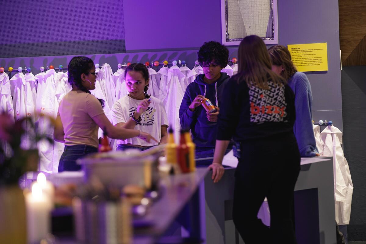 Bildet viser ungdommer som prater sammen (Foto/Photo)