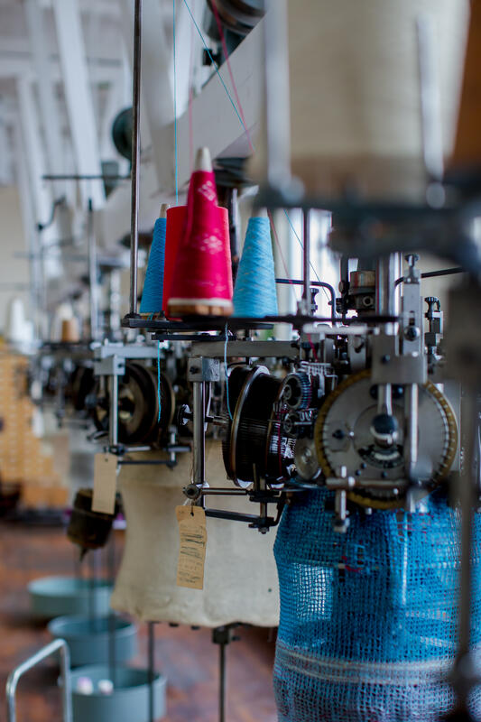 Rad med eldre rundstrikkemaskiner