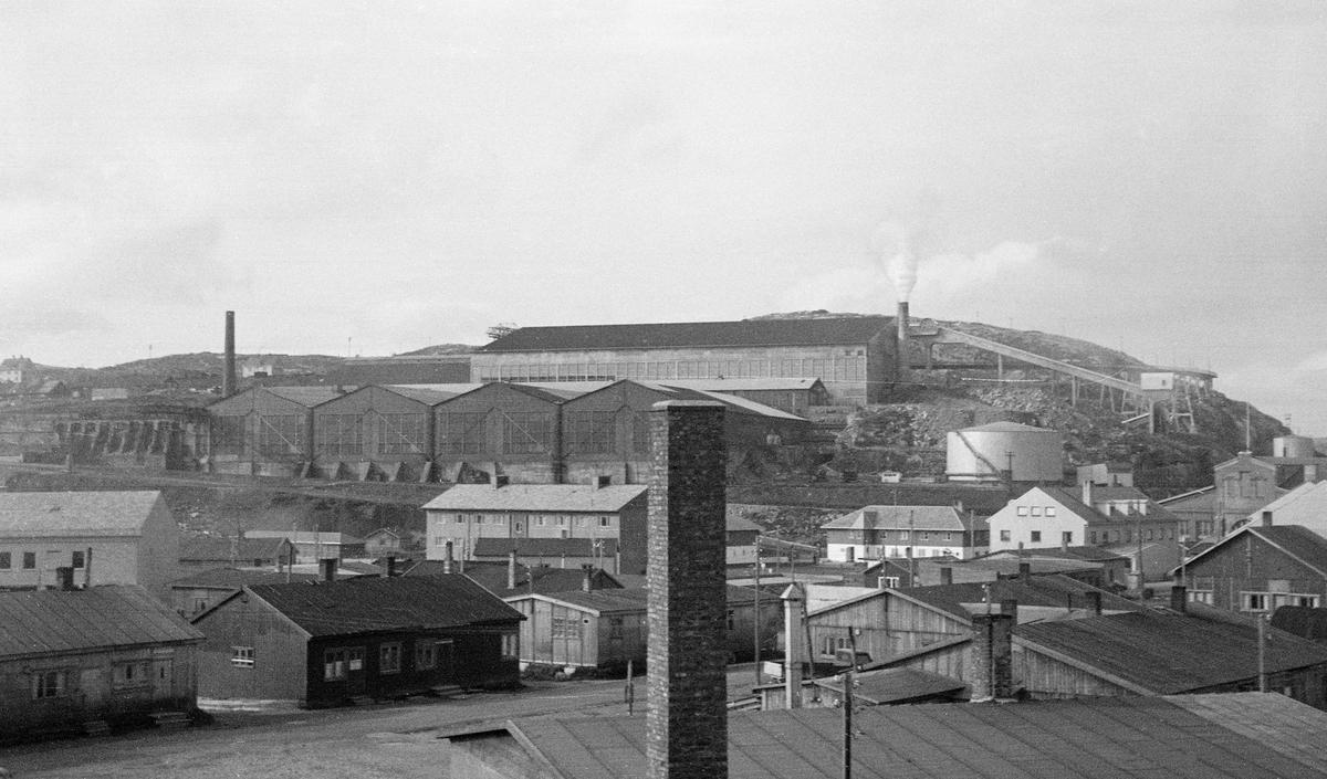 Befaring til Kirkenes. Fabrikkbygningning med piper.